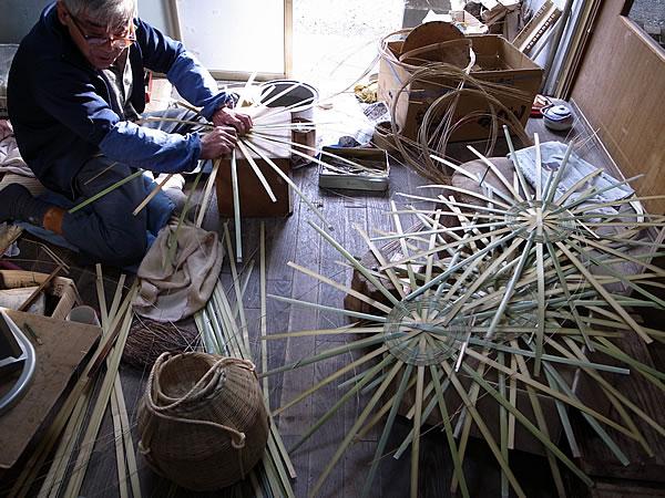 篭を編む職人