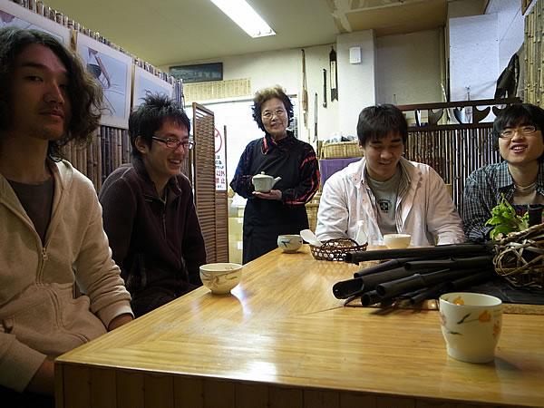 高知工科大学の学生さんと虎竹茶で歓談