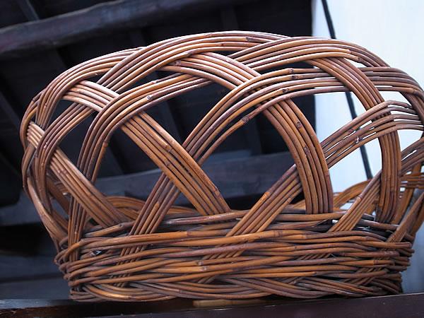 古い商家の竹籠