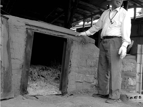 竹炭窯と炭職人