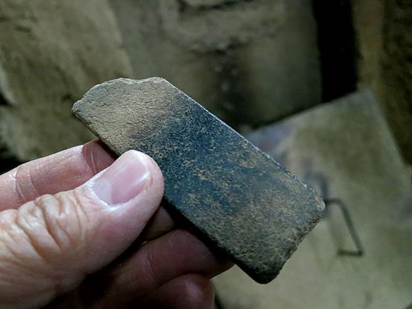 竹炭窯の石板