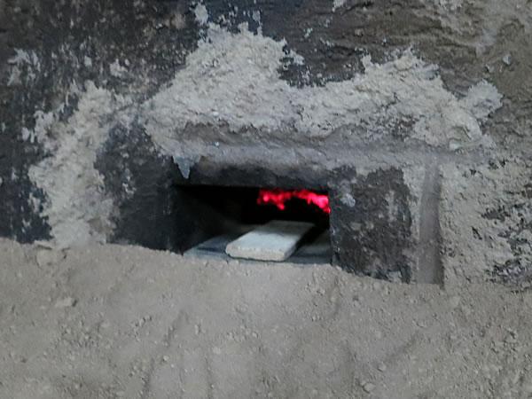 竹炭窯焚き口