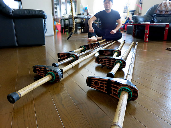 高村雅男さん、三段竹馬