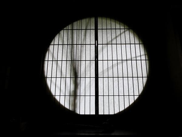 障子を閉めた丸窓