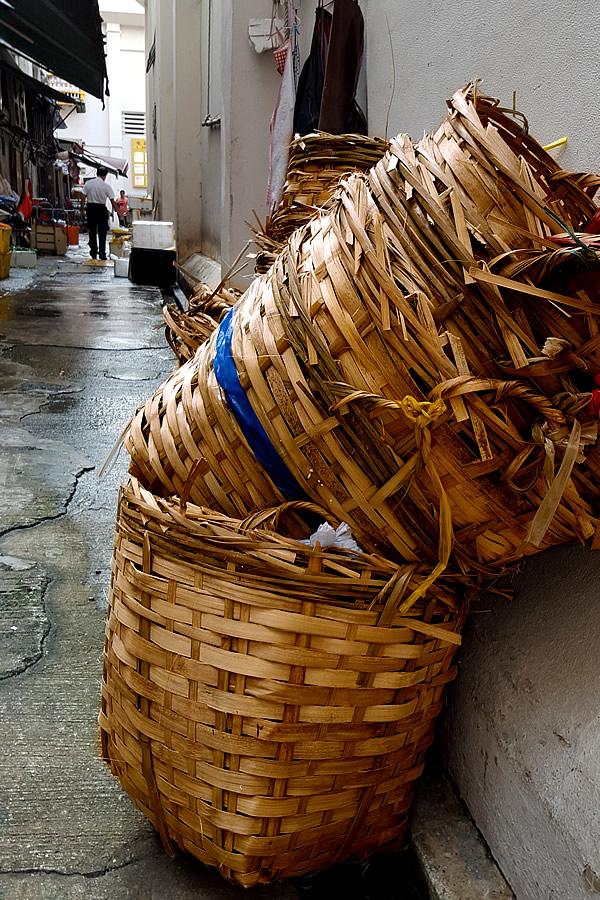 市場路地裏の竹かご