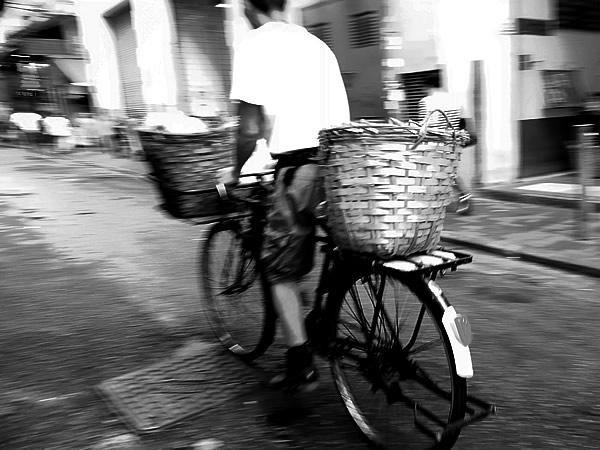 自転車に積んだ竹籠