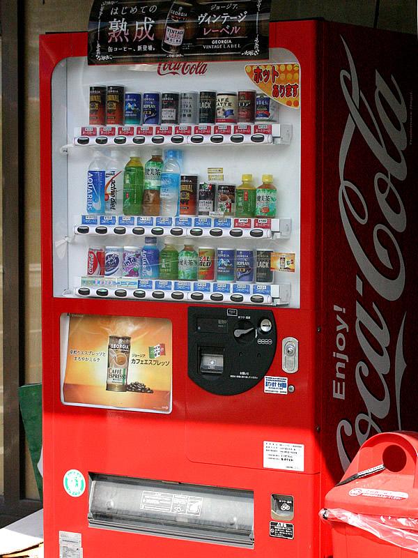 竹虎本店前のコカ・コーラ自動販売機