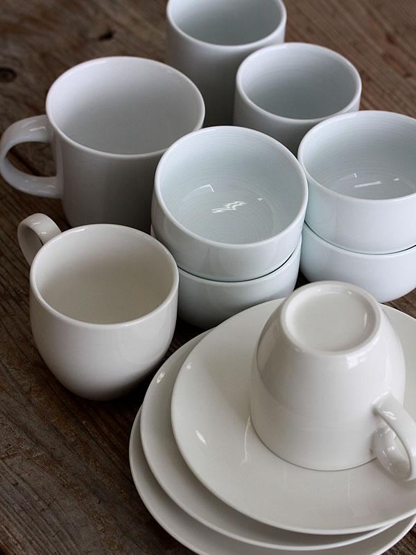 茶碗篭に入った食器