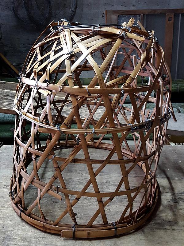 壊れかけた竹籠