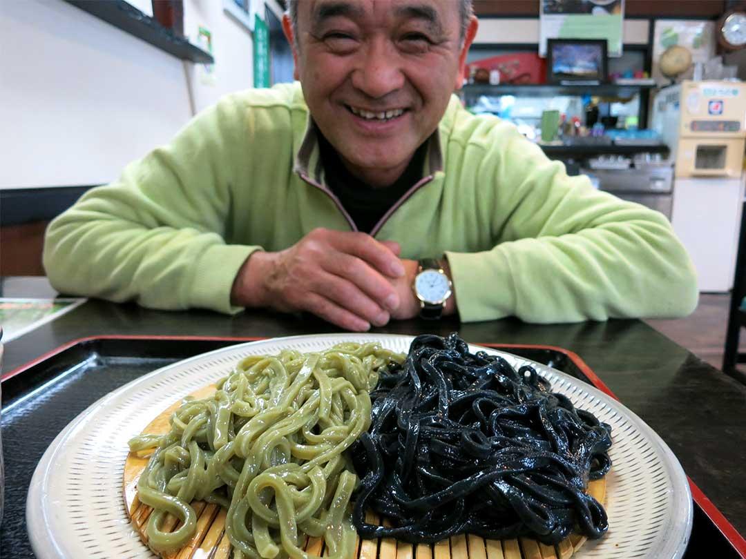 官兵衛うどんの竹炭麺とブロッコリー麺
