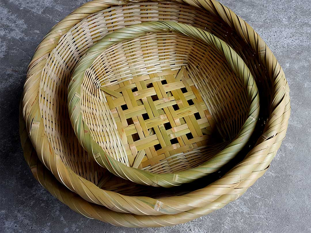 左巻きの竹籠