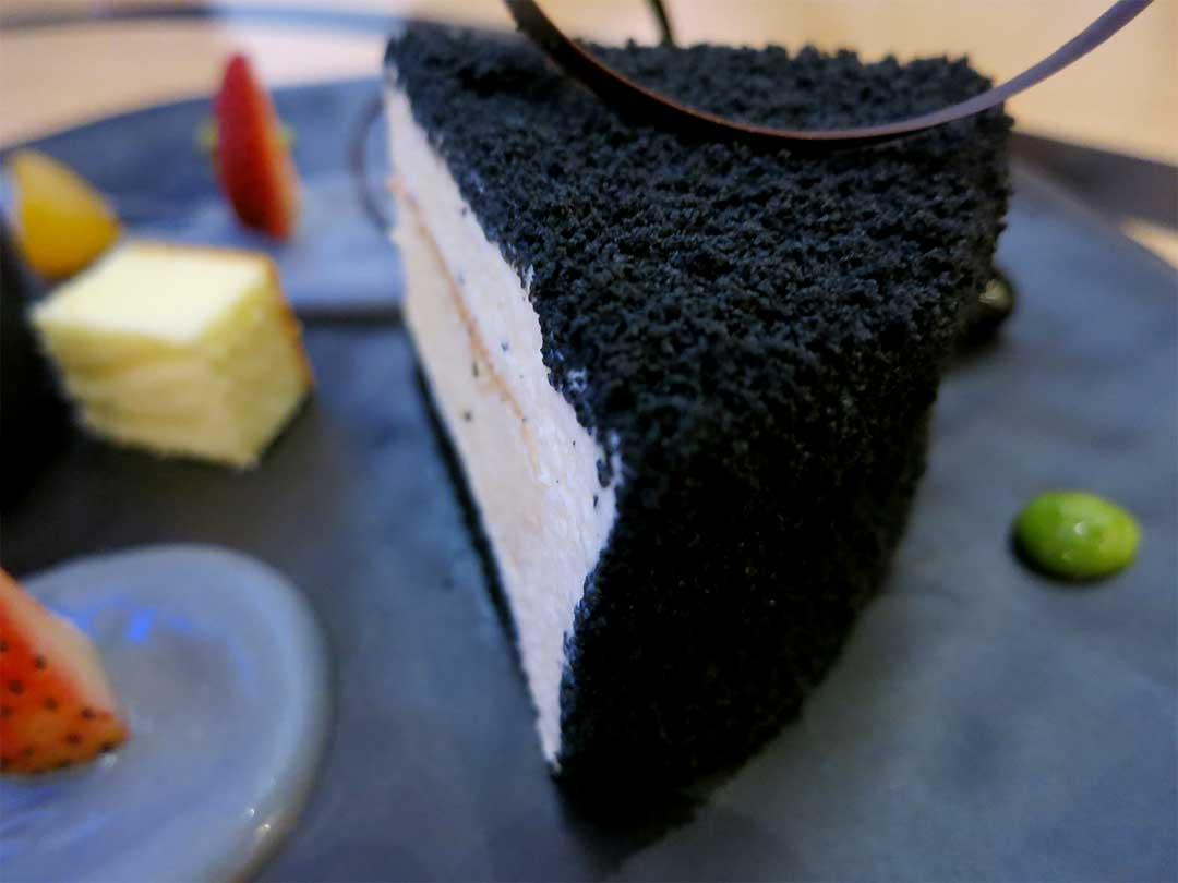 竹炭レアチーズケーキ