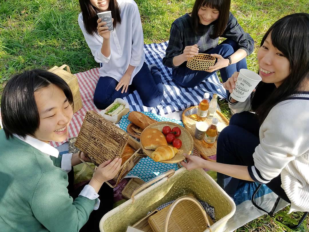 スズ竹市場籠でピクニック