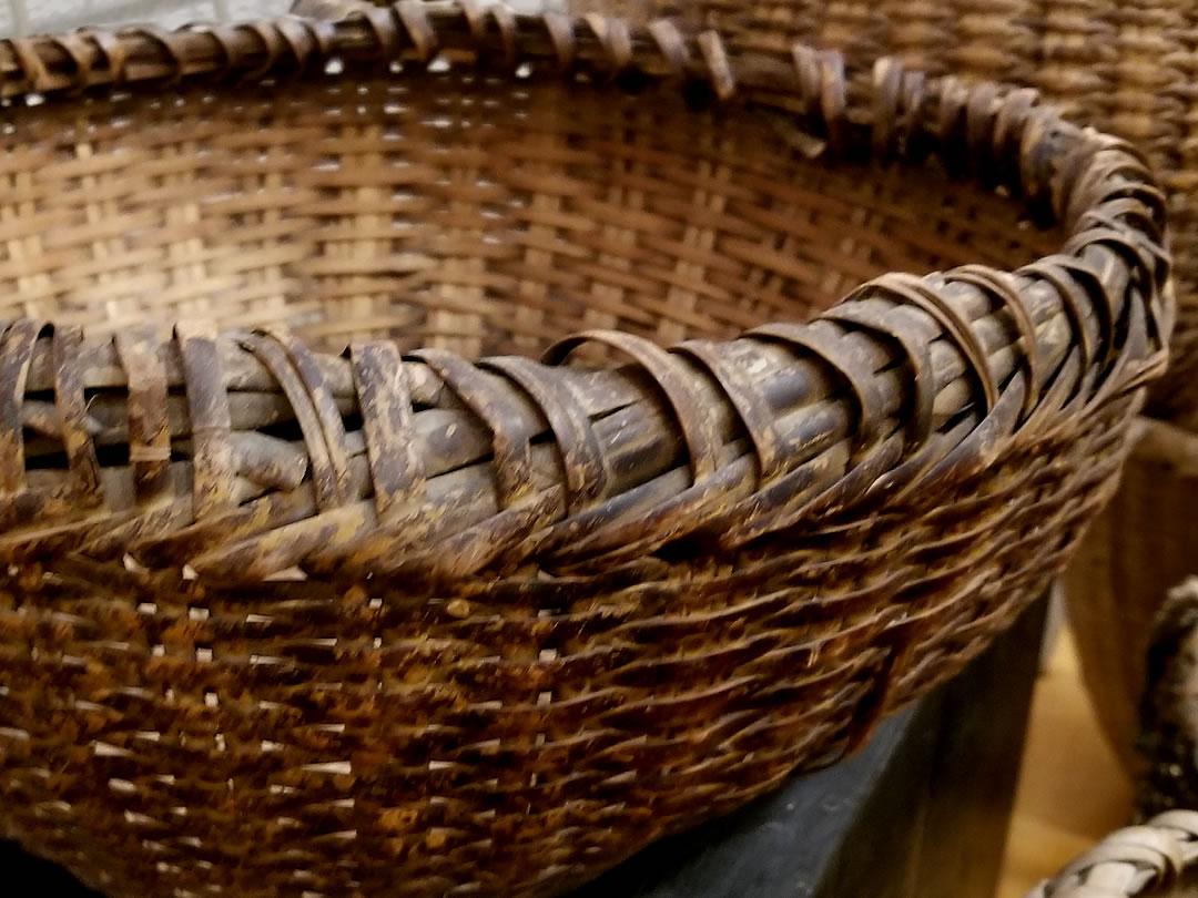 古い蓬莱竹の籠