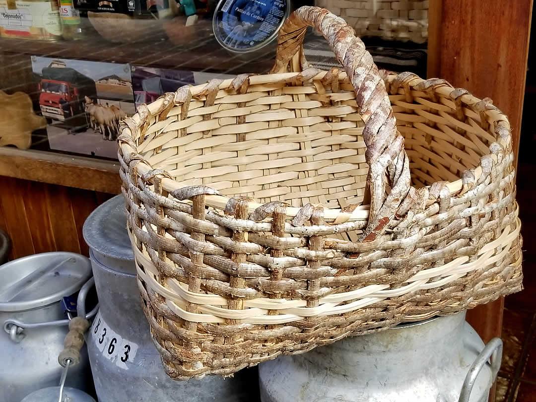 スペインで見た樹皮買い物籠