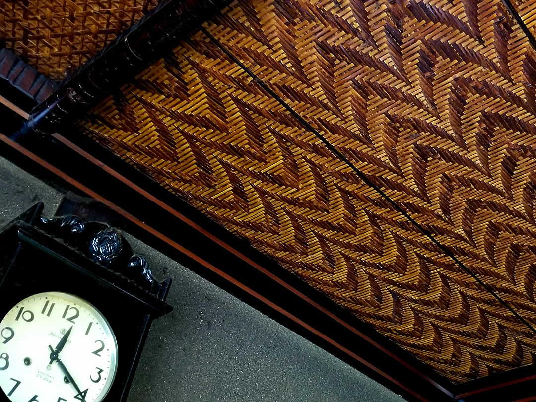 竹編み天井と時計