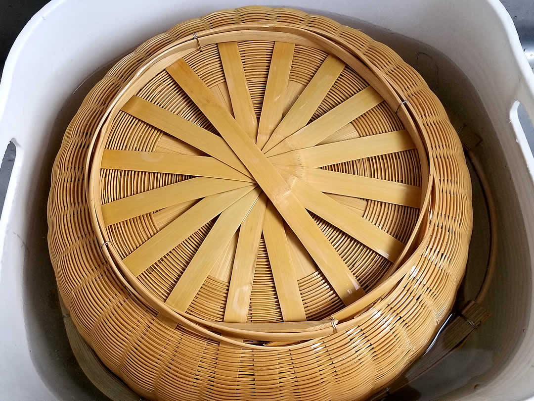 熱湯と竹籠