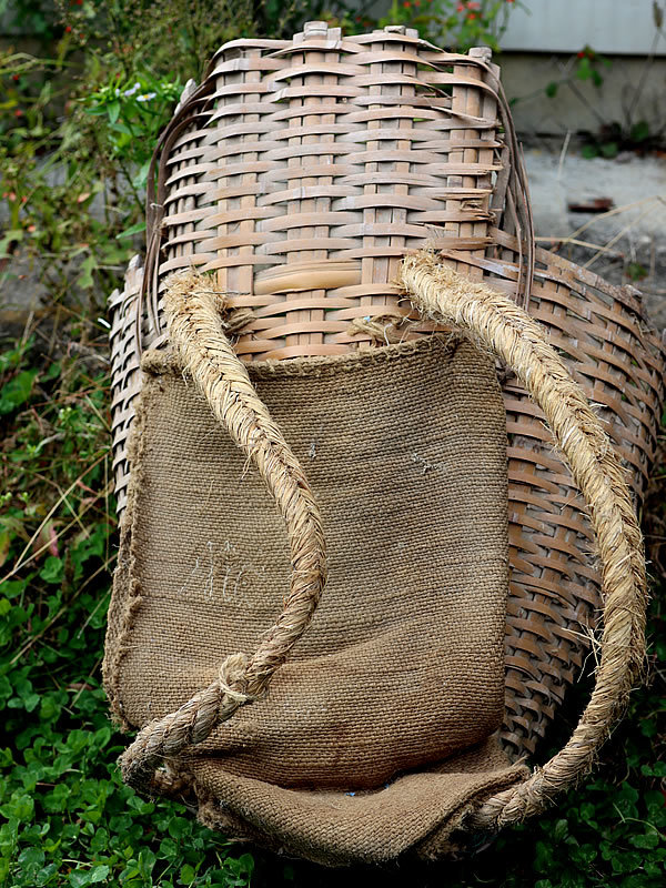 トンノス、背負い籠