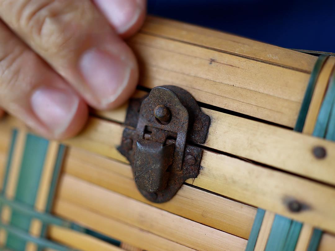 竹弁当箱、錆びた金具