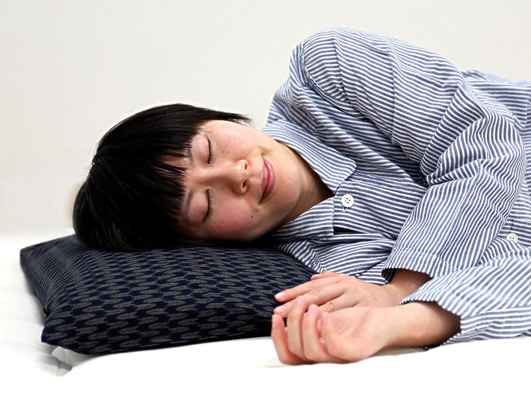 竹炭まくらで快眠