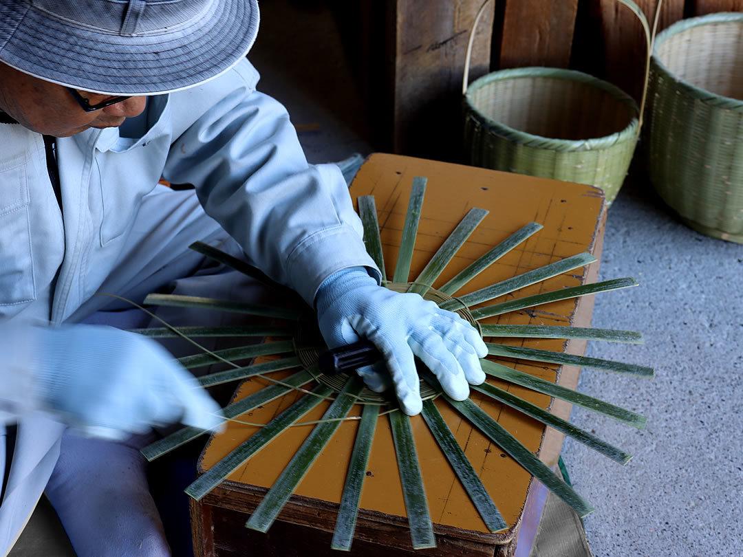 手付き籠を編む
