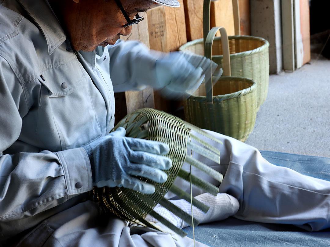 竹籠を編む職人