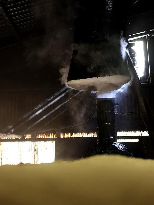 竹炭窯の煙