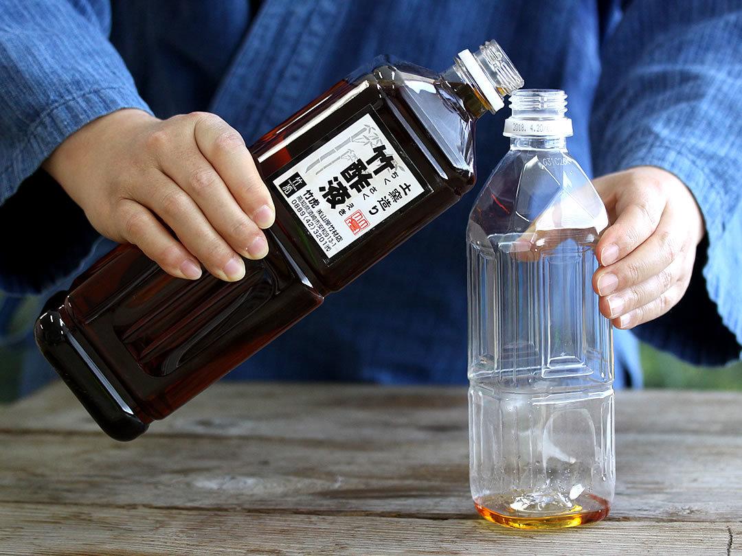 竹酢液をボトルに移す