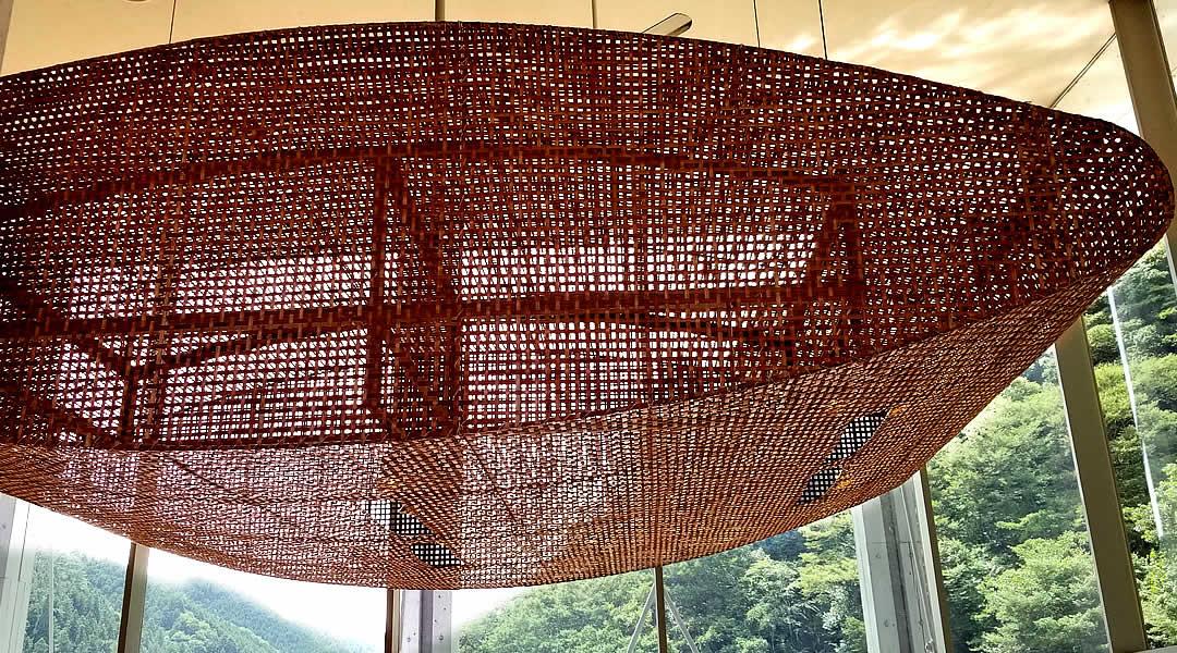 隈研吾氏設計、雲の上のホテル、竹灯