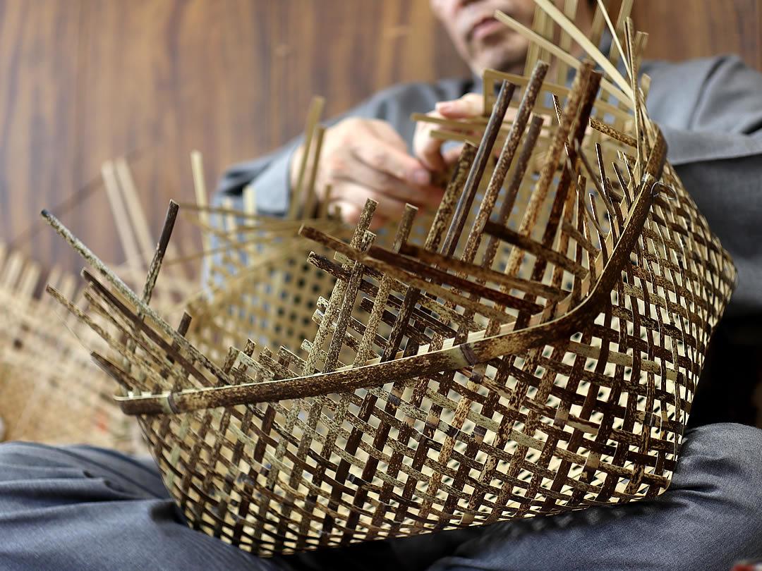 虎竹四ツ目衣装籠を編む職人