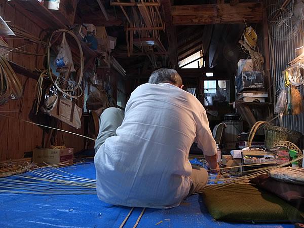 竹職人の背中