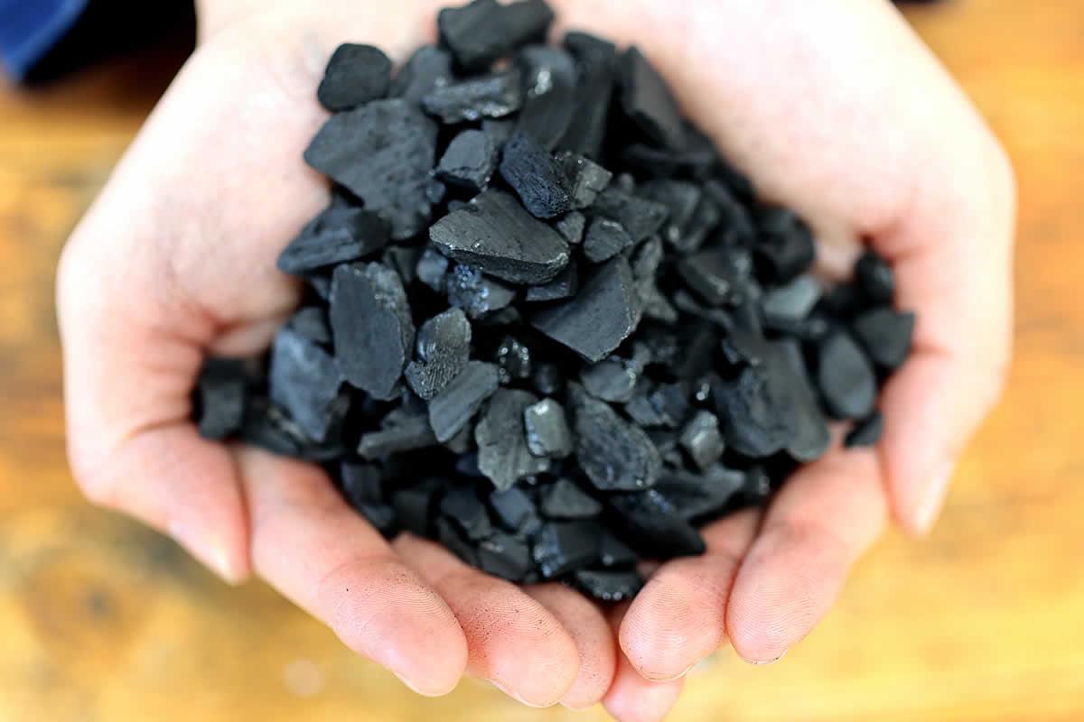 土窯づくりの竹炭