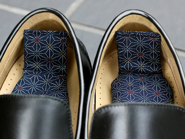 竹炭消臭用で革靴の悪臭よ、さようなら!