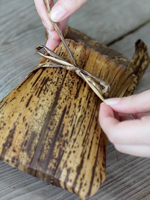 国産竹皮を包む